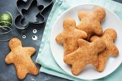 Cuisson de vacances de Noël de biscuits de bonhomme en pain d'épice et de nouvelle année Photos stock