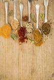 Cuisson des épices sur des cuillères Photographie stock