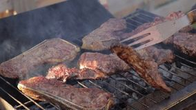 Cuisson des biftecks de boeuf sur un gril de barbecue banque de vidéos