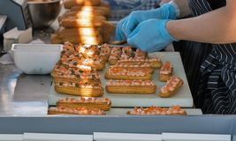 Cuisson des biscuits avec les saumons salés image libre de droits