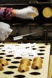 Cuisson des biscuits de fortune photos stock