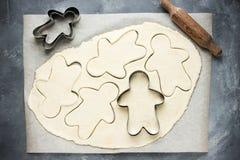 Cuisson des biscuits de Noël de bonhomme en pain d'épice Photos stock