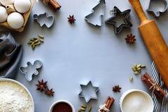 Cuisson des biscuits de Noël Ingrédients pour la pâte de pain d'épice : farine, oeufs, sucre, cacao, bâtons de cannelle, étoiles  images libres de droits