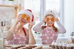 Cuisson des biscuits de Noël Photos stock