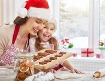 Cuisson des biscuits de Noël Photographie stock
