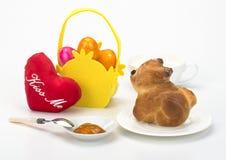 Cuisson des biscuits traditionnels de Pâques avec les oeufs colorés Images stock