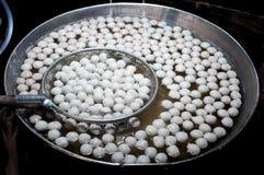 Cuisson des boules de viande dans le pot chaud Boule de viande bouillie en eau chaude sur le marché en plein air de tradition de  image libre de droits
