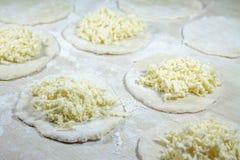 Cuisson des boulettes délicieuses faites maison fraîches (varenyky) avec le ch Images stock