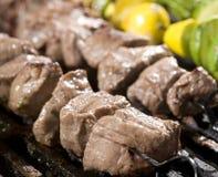 Cuisson des brochettes de bifteck et de légume Image stock
