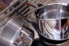 Cuisson des casseroles. Images stock