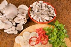 Cuisson des champignons de couche. Photographie stock