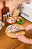 Cuisson des champignons de couche. Images stock
