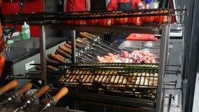 Cuisson des chiches-kebabs ou du barbecue dans le restaurant ou du café au-dessus du charbon de bois banque de vidéos