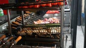 Cuisson des chiches-kebabs ou du barbecue dans le restaurant ou du café au-dessus du charbon de bois clips vidéos