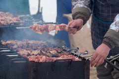Cuisson des chiches-kebabs sur les charbons pendant l'hiver Photos stock