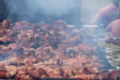 Cuisson des chiches-kebabs sur les charbons pendant l'hiver Image libre de droits