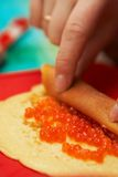 Cuisson des crêpes avec le caviar Image stock