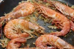 Cuisson des crevettes roses image libre de droits