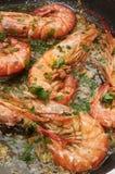 Cuisson des crevettes roses photo stock
