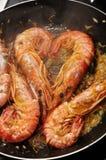 Cuisson des crevettes roses images stock