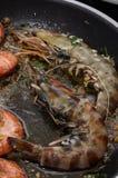 Cuisson des crevettes roses de tigre photo libre de droits