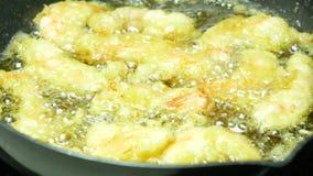 Cuisson des crevettes roses profondément pâte-frites banque de vidéos