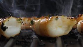 Cuisson des crevettes sur le gril banque de vidéos