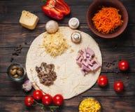 Cuisson des enveloppes de tortilla avec du jambon, le maïs, le fromage, les champignons et la carotte photographie stock libre de droits
