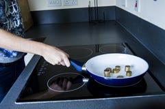 Cuisson des euros dans une casserole Image stock