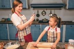 Cuisson des gâteaux faits maison La famille affectueuse heureuse préparent la boulangerie ensemble La fille de fille de mère et d Photographie stock libre de droits