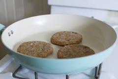 Cuisson des hamburgers de Veggie Photo libre de droits