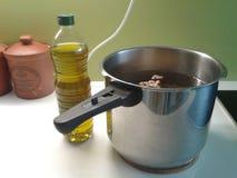 Cuisson des haricots avec l'huile d'olive Images stock