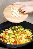Cuisson des haricots jaunes avec des légumes Photos stock