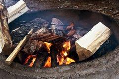 Cuisson des hot-dogs sur l'incendie ouvert Image libre de droits