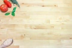 Cuisson des ingrédients avec la cuillère en bois sur le banc de travail Photographie stock libre de droits