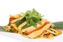 Cuisson des kebabs de crevette sur le gril Image stock