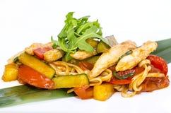 Cuisson des kebabs de crevette sur le gril Photos libres de droits