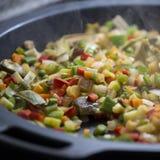 Cuisson des légumes méditerranéens sur une casserole Image stock
