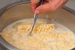 Cuisson des nouilles dans le bac photo libre de droits