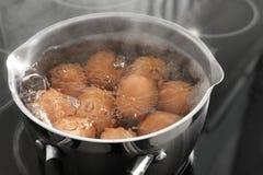 Cuisson des oeufs de poulet dans le pot images libres de droits