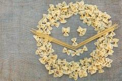 Cuisson des pâtes de macaronis Fond de nourriture photo stock
