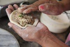 Cuisson des petits déjeuners de mains Images libres de droits