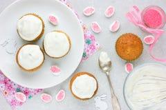 Cuisson des petits gâteaux de lapin de Pâques Photographie stock libre de droits