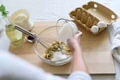 Cuisson des petits pains de chocolat de Noël Mélange faisant cuire des petits pains de chocolat de Noël Ingrédients de mélange po image stock