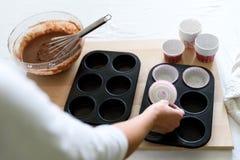 Cuisson des petits pains de chocolat de Noël Mélange faisant cuire des petits pains de chocolat de Noël Ingrédients de mélange po photographie stock libre de droits