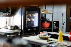 Cuisson des petits pains de sésame préparant dans le four photo stock