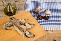 Cuisson des poissons secs Photos stock