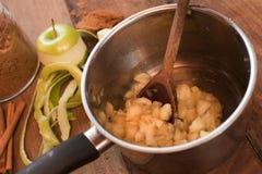 Cuisson des pommes découpées fraîches pour faire une sauce Image libre de droits