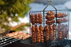 Cuisson des saucisses sur le gril Images stock