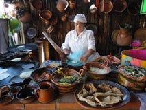 Cuisson des tortillas Image libre de droits